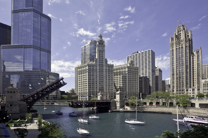 Chicago-Architecture_CR_ChicagoRiver_BridgeOpen